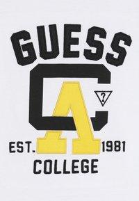 Guess - JUNIOR - T-shirt z nadrukiem - true white - 4