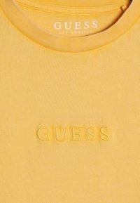 Guess - JUNIOR UNISEX OVERSIZE  - Jednoduché triko - gold rush yellow - 4