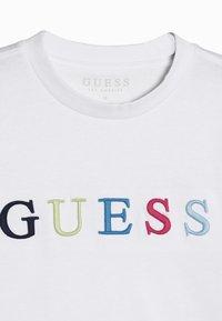 Guess - JUNIOR UNISEX  - T-shirt z nadrukiem - true white - 4