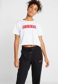 Guess - Print T-shirt - white - 0