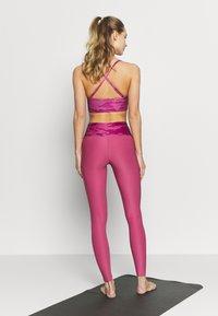 Guess - LEGGINGS - Legging - pink - 2