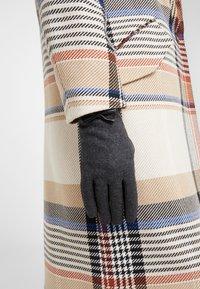 Guess - GLOVES - Handschoenen - black - 0