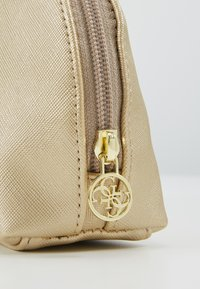Guess - ARIANE DOME - Toalettmappe - gold - 2