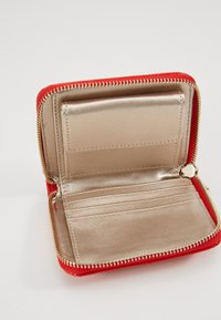 Guess - ASTRID SMALL ZIP AROUND - Lommebok - red - 5