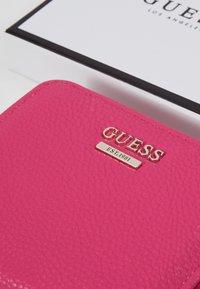 Guess - LIAS SMALL ZIP AROUND - Peněženka - red - 2