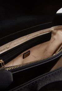 Guess - OPEN ROAD TOTE - Kabelka - coal - 4