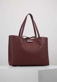 Guess - BOBBI INSIDE OUT TOTE SET - Handbag - merlot/rosewood - 0