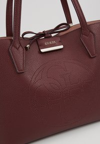 Guess - BOBBI INSIDE OUT TOTE SET - Handbag - merlot/rosewood - 8