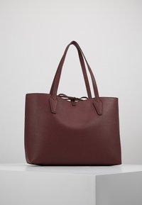 Guess - BOBBI INSIDE OUT TOTE SET - Handbag - merlot/rosewood - 2