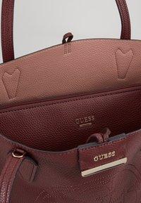 Guess - BOBBI INSIDE OUT TOTE SET - Handbag - merlot/rosewood - 4