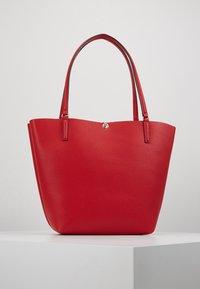 Guess - ALBY TOGGLE TOTE SET - Handbag - lipstick - 2