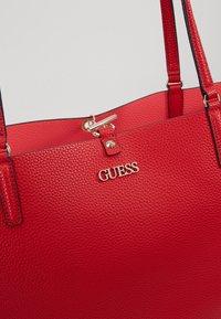 Guess - ALBY TOGGLE TOTE SET - Handbag - lipstick - 7