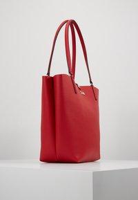 Guess - ALBY TOGGLE TOTE SET - Handbag - lipstick - 3