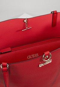 Guess - ALBY TOGGLE TOTE SET - Handbag - lipstick - 4