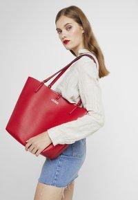 Guess - ALBY TOGGLE TOTE SET - Handbag - lipstick - 1