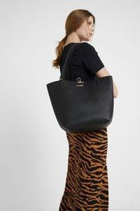 Guess - ALBY TOGGLE TOTE SET - Handbag - black - 1