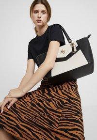 Guess - KAMRYN - Shopping bag - stone/multi - 1