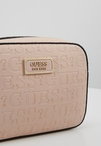 Guess - KAMRYN CROSSBODY TOP ZIP - Skulderveske - peach - 6