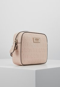 Guess - KAMRYN CROSSBODY TOP ZIP - Skulderveske - peach - 3