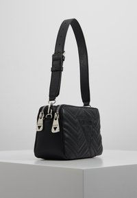 Guess - ZANA SHOULDER BAG - Sac à main - black - 3
