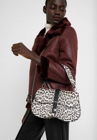 Guess - ASHER SHOULDER BAG - Torba na ramię - brown