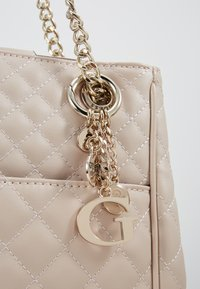 Guess - BRIELLE GIRLFRIEND SATCHEL - Kabelka - taupe - 7