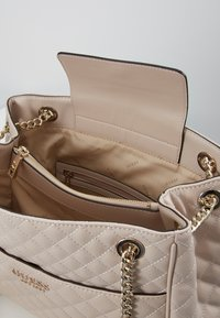 Guess - BRIELLE GIRLFRIEND SATCHEL - Kabelka - taupe - 4
