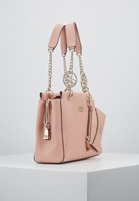 Guess - TARA GIRLFRIEND SATCHEL SET - Håndveske - peach - 3
