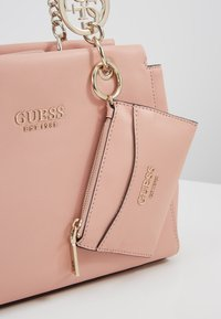 Guess - TARA GIRLFRIEND SATCHEL SET - Håndveske - peach
