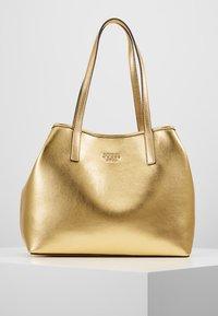 Guess - VIKKY TOTE SET - Handbag - gold - 0