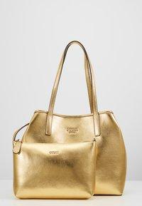 Guess - VIKKY TOTE SET - Handbag - gold - 5