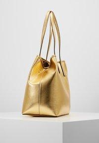 Guess - VIKKY TOTE SET - Handbag - gold - 3