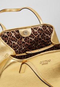Guess - VIKKY TOTE SET - Handbag - gold - 4