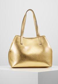 Guess - VIKKY TOTE SET - Handbag - gold - 2