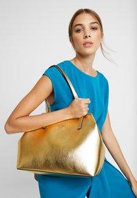 Guess - VIKKY TOTE SET - Handbag - gold - 1
