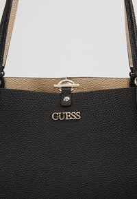 Guess - ALBY TOGGLE TOTE SET - Bolso shopping - black/gold - 7