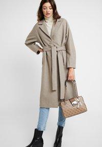 Guess - LOGO CITY SML SOCIETY SATCHEL - Handbag - brown - 1