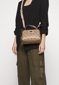 Guess - CANDACE MINI CROSSBODY - Sac à main - brown - 1