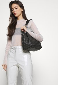 Guess - LORENNA GIRLFRIEND SATCHEL - Håndveske - grey - 1