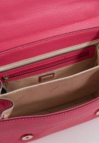 Guess - LIAS TOP HANDLE FLAP - Bolso de mano - pink - 4