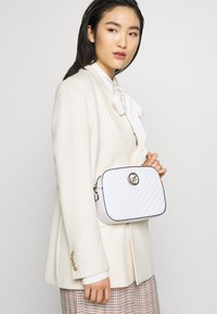 Guess - KAMRYN CROSSBODY TOP ZIP - Across body bag - white