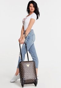 Guess - GUESS TROLLEY WILDER LOGO PEONY - Valise à roulettes - braun - 1
