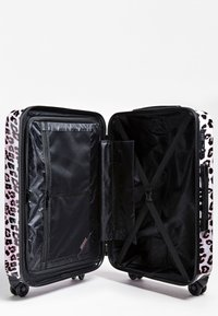 Guess - GUESS TROLLEY LORENNA ANIMALPRINT - Valise à roulettes - rose - 3