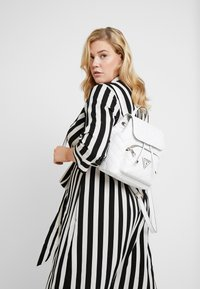 Guess - ASTRID BACKPACK - Batoh - white - 1
