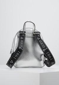 Guess - ZANA BACKPACK - Reppu - silver - 2