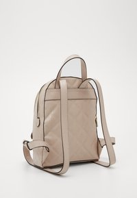 Guess - QUEENIE BACKPACK - Batoh - nude - 1