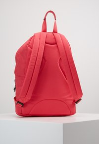 Guess - BACKPACK - Batoh - raquel rose - 2