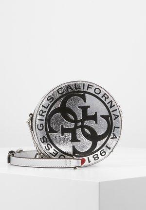 CIRCLE BAG - Taška spříčným popruhem - gris/silver