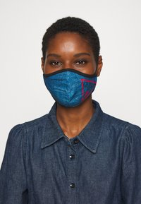 Guess - FACE MASK - Maschera in tessuto - denim logo print - 0