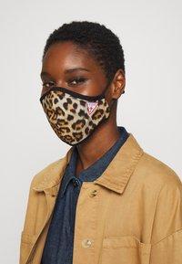 Guess - FACE MASK - Maschera in tessuto - full leo - 1